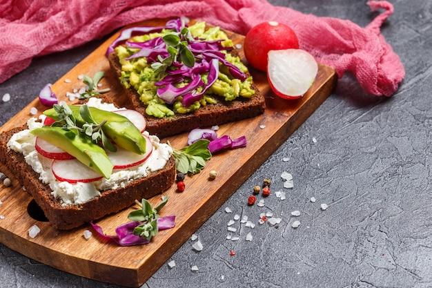 Toasts à l'avocat et aux légumes