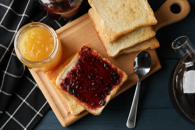 Toasts, confiture et thé sur fond de bois, vue de dessus