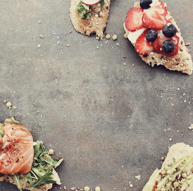 Toasts avec différents ingrédients pour la fête
