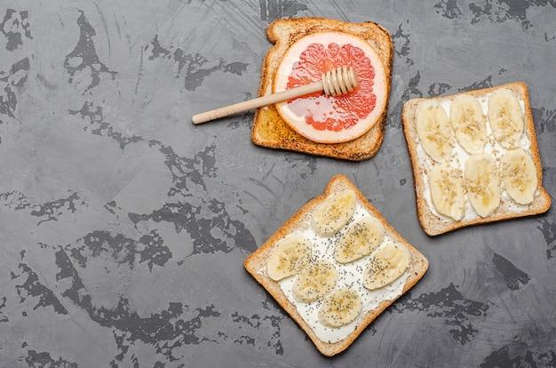Toasts sur fond gris.