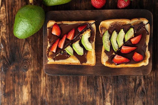 Toasts français avec beurre d'arachide et morceaux de fruits