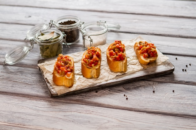 Toasts Grillés Aux Légumes. Sel Et Poivre En Bocaux. Délicieuse Cuisine Maison. Bruschetta Pour Les Végétariens. Photo Premium