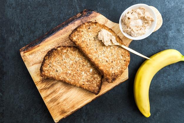 Toasts de pain de blé entier au beurre d'arachide
