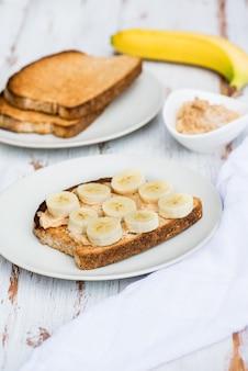 Toasts de pain complet au beurre d'arachide et à la banane