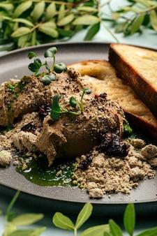Toasts et pâté de foie de poulet avec halva et pruneaux