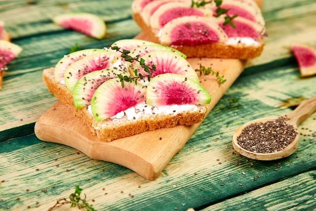 Toasts de petit-déjeuner sain de radis de melon d'eau en tranches