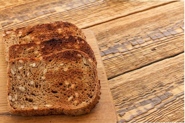 Toasts sur planche à découper en bois et vieilles planches de bois. vue de dessus.