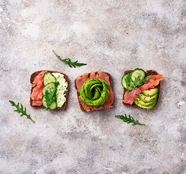 Toasts sains au saumon et avocat rose