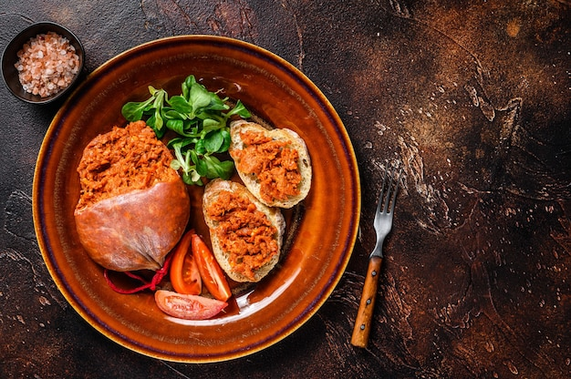 Toasts avec saucisse de porc séchée sobrassada et tomate