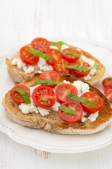 Toasts à la tomate et au fromage