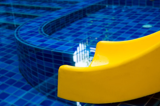 Toboggan de piscine piscine publique toboggan bleu eau extérieure