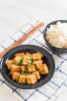 Tofu frit dans un bol avec du sésame