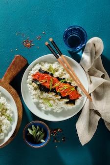 Tofu frit enveloppé de nori avec sauce tomate-coco et riz pour sushi. cuisine moderne végétalienne