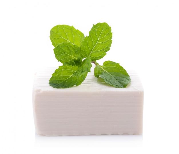 Tofu isolé sur blanc