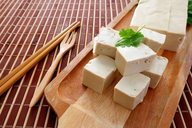 Tofu japonais, tofu tofu de fromage de soja doux froid pour sain sur la planche en bois