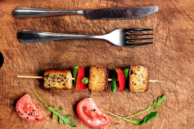 Tofu pané. shish kebab végétarien au fromage de tofu.