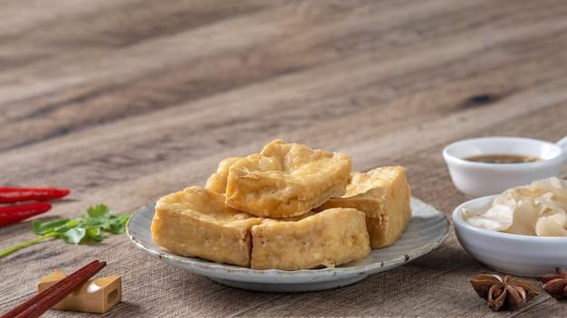 Tofu puant frit, caillé de haricots fermenté avec chou mariné, nourriture de rue célèbre et délicieuse à taiwan.