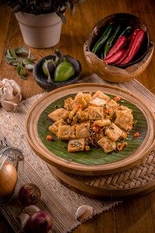 Tofu salé épicé sur la plaque de bois