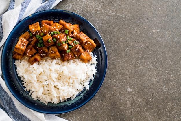 Tofu sauté avec sauce épicée sur riz
