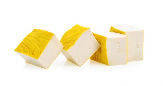Tofu sur la surface blanche