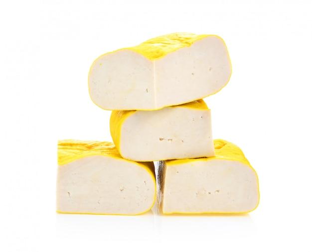 Tofu sur surface blanche