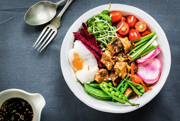 Tofu teriyaki avec un œuf à la coque, betterave rouge, petits pois et salade de riz