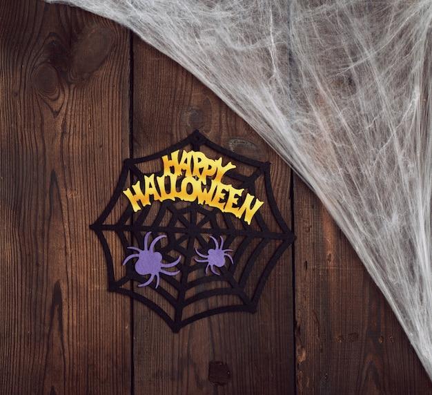 Toile d'araignée blanche dans le coin de la composition, fond en bois gris de vieilles planches