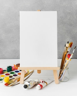 Toile sur chevalet et peinture aquarelle