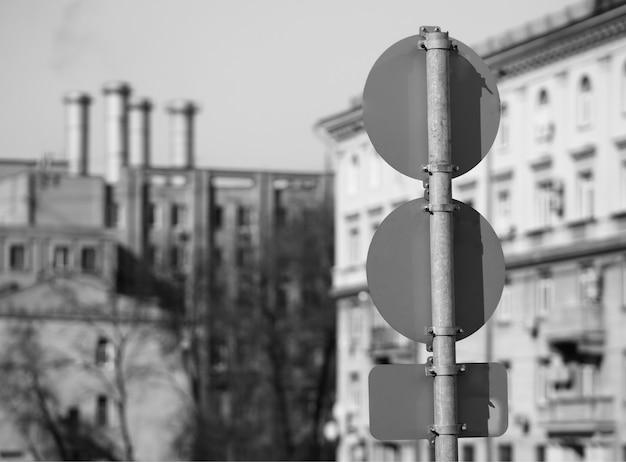 Toile de fond de bokeh de panneaux routiers noir et blanc