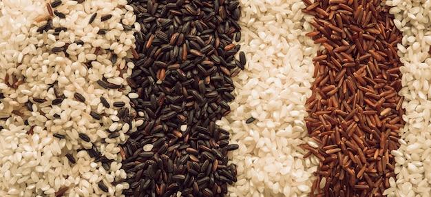 Toile de fond faite avec différents types de grains de riz biologiques