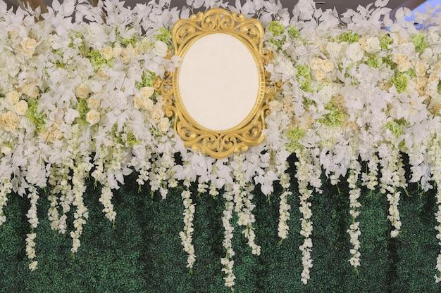 Toile de fond avec logo blanc orné de fleurs blanches et de feuilles vertes