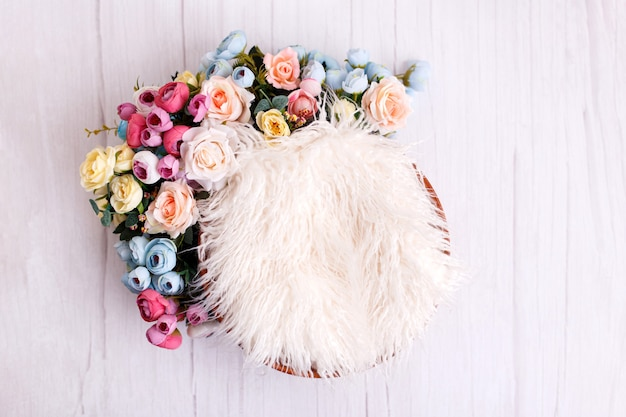 Toile de fond numérique nouveau-né floral sur blanc
