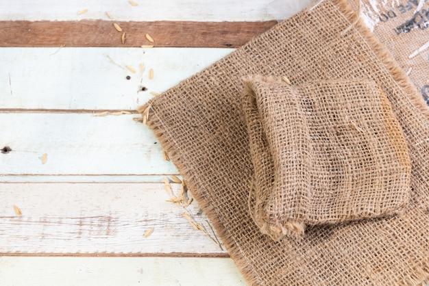 Toile de jute ou un sac sur la vue de dessus de table en bois