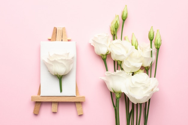 Toile à peindre avec fleur blanche sur rose