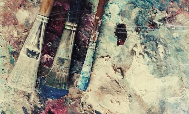 Toile avec peinture et pinceaux