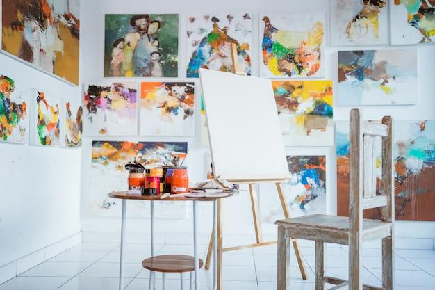 Toile de peinture vierge devant un fond de peinture abstraite