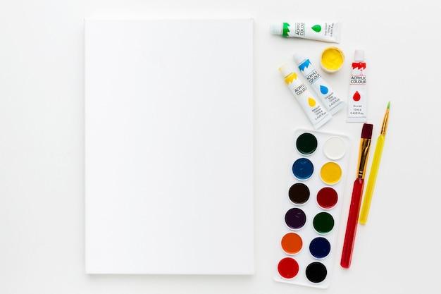 Toile plate et peinture aquarelle