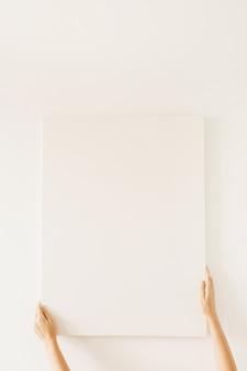 Toile vierge avec espace copie maquette vide dans les mains des femmes