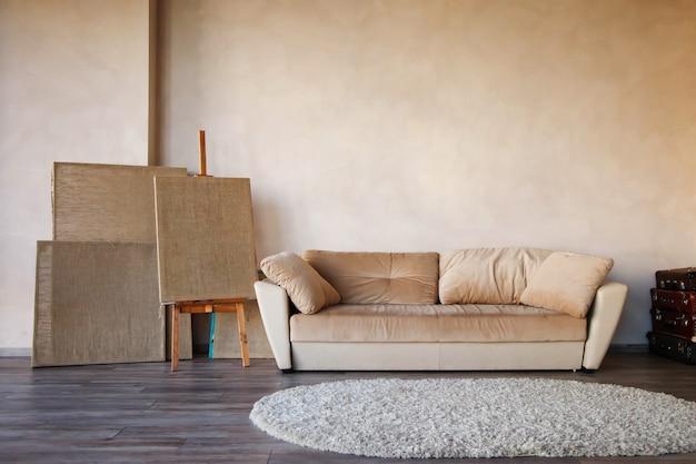 Toiles propres pour l'artiste dans l'intérieur lumineux de la pièce par canapé. toile et support de toile pour la peinture.
