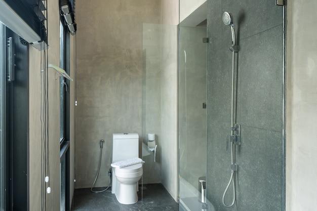 Toilette à chasse d'eau dans les toilettes de la villa et de l'appartement
