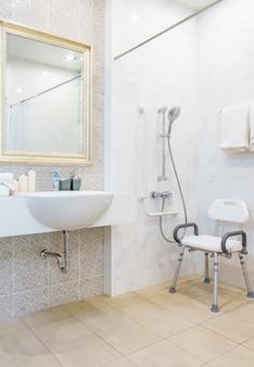 Toilette pour personnes âgées et handicapées pour soutenir le corps et éviter les glissades