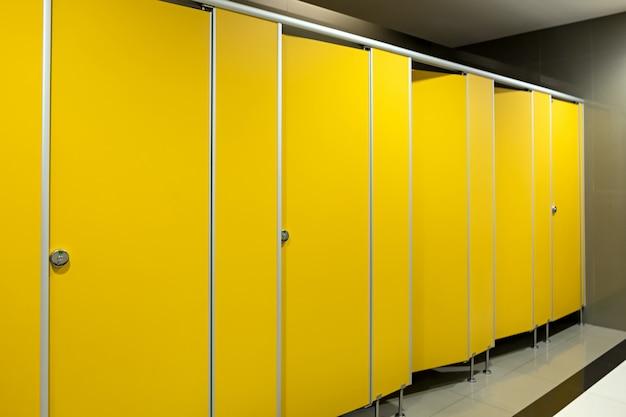 Toilette salle de bain porte jaune ouverte et fermée