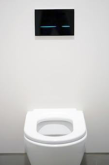 Toilettes blanches dans la salle de bain