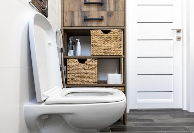 Toilettes à l'intérieur d'une salle de bain minimaliste.