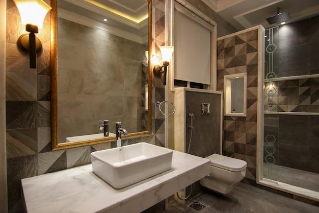 Toilettes modernes et récentes