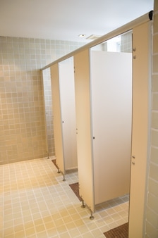 Toilettes publiques avec portes