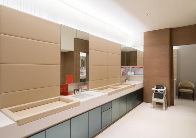 Toilettes publiques pour les mères et les bébés dans les centres commerciaux