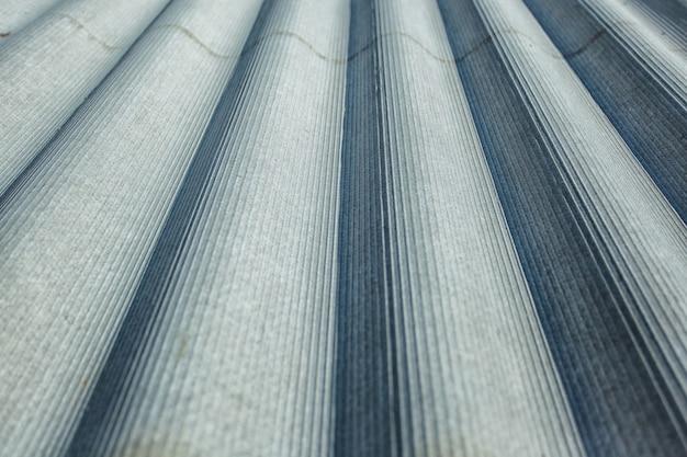 Toit en amiante. feuilles de toiture en amiante-ciment