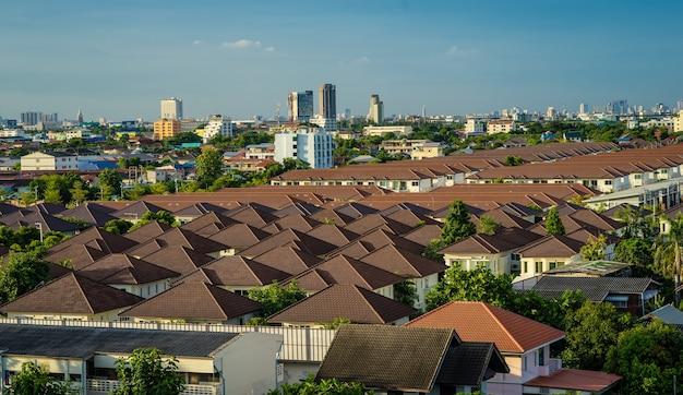 Toit coloré de ciel urbain et nuageux dans le paysage urbain
