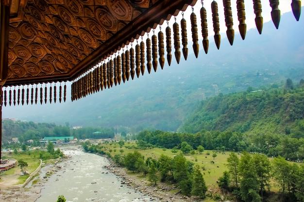 Toit du bâtiment avec vue sur une rivière